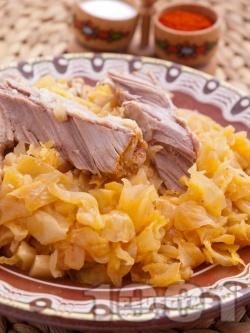 Печено свинско месо от плешка с прясно зеле, домати, лук и моркови на фурна - снимка на рецептата